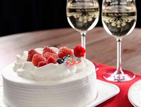 バースデーケーキとシャンパン
